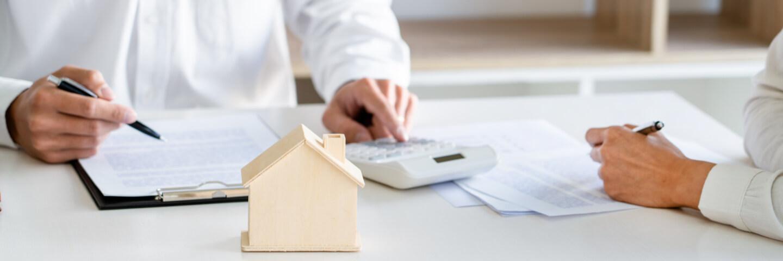 Imobilienmakler berechnet Verkaufspreis für die Imobilie eines Kunden